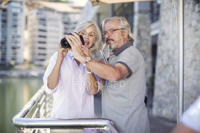 Coppia anziana che si prende una pausa in città, scattando foto — Foto stock