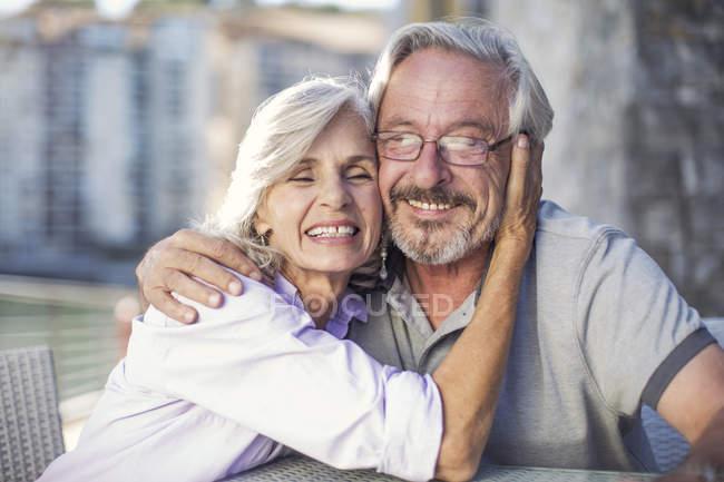 Senior couple enjoying their a city break — Stock Photo