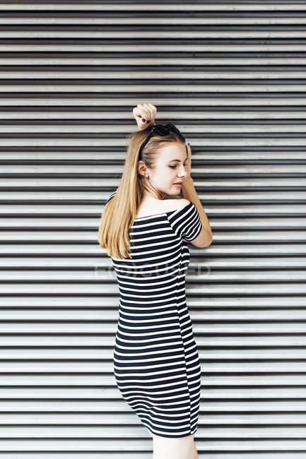 Молода жінка носить Смугасте плаття — стокове фото