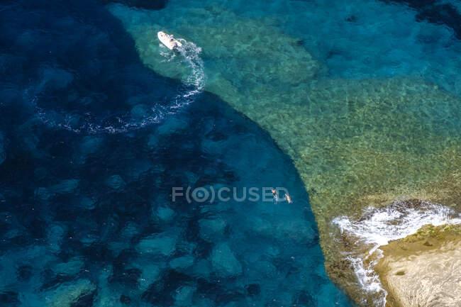 Corsica, costa mediterranea, spiaggia rocciosa — Foto stock