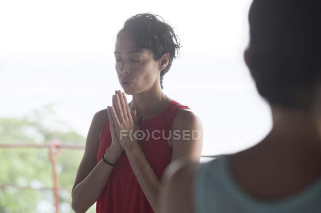 Mulher fazendo um exercício de ioga durante retiro de ioga de luxo — Fotografia de Stock