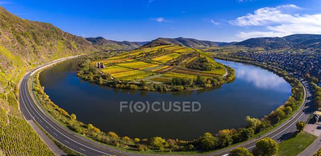 Alemanha, Rhineland Palatinate, Cochem-Zell, Bremm, vista panorâmico do laço de Moselle e do Rio de Moselle — Fotografia de Stock