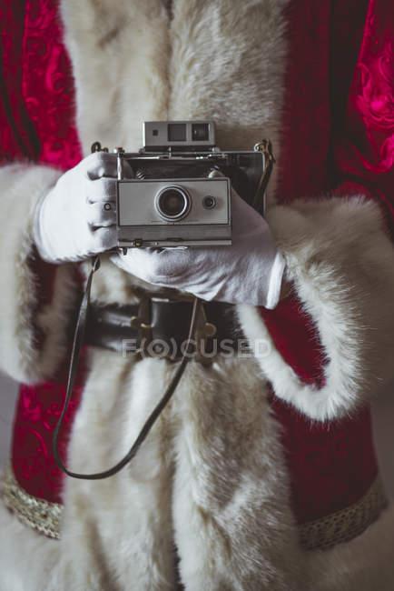 Санта Клаус з вінтажною камерою. — стокове фото