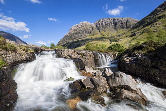 Великобритания, Шотландия, Шотландское нагорье, Гленко, Клэчайг Фолс и горный Аонах Дуб — стоковое фото