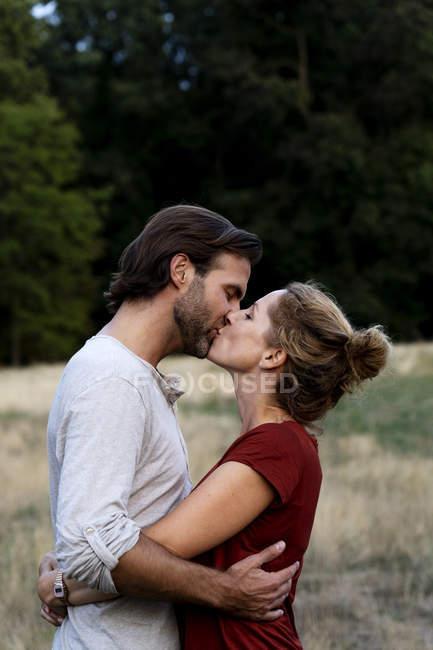 Liebespaar küsst sich in der Natur — Stockfoto
