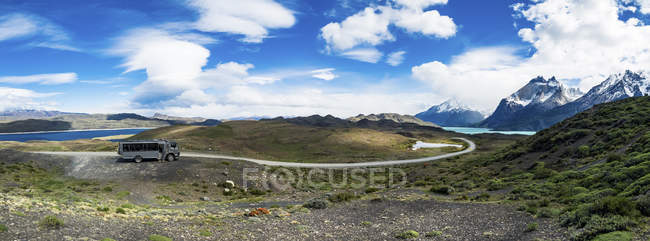Chile, Patagonia, Torres del Paine National Park, Cerro Paine Grande and  Torres del Paine, Lago Nordenskjold, bus, panoramic view — Stock Photo