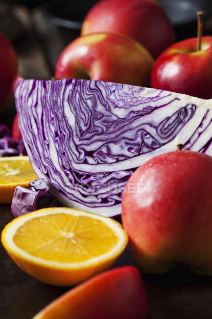 Нарізаний червоний капусти, червоні яблука і нарізаний помаранчевий — стокове фото