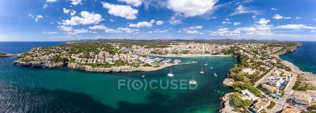 Spagna, Baleari, Maiorca, Porto Cristo, Cala Manacor, costa con ville e porto naturale — Foto stock