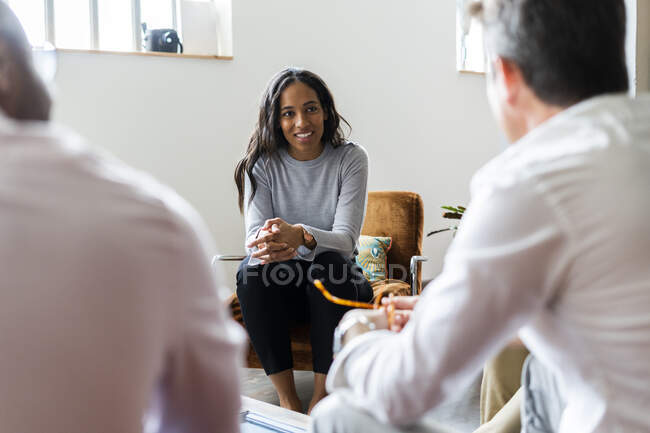 Geschäftsteam diskutiert im Loft-Büro — Stockfoto