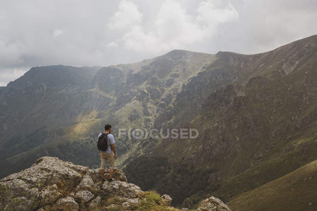Bulgaria, Balkans, hiker on viewpoint looking at mountains — Stock Photo