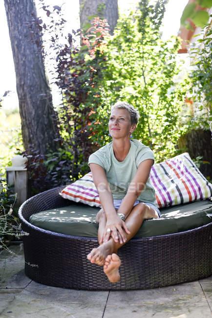 Портрет жінки, що відпочиває в саду. — стокове фото