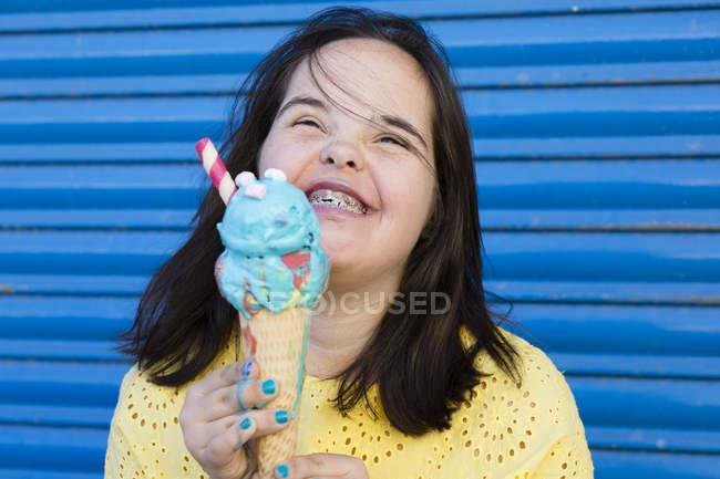 Teenager Mädchen mit Down-Syndrom genießt ein Eis — Stockfoto