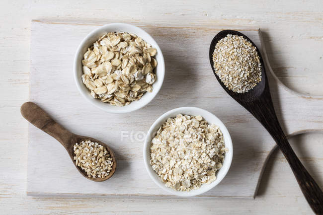 Two variations of oat flakes, oat bran and steel-cut oats — Stock Photo
