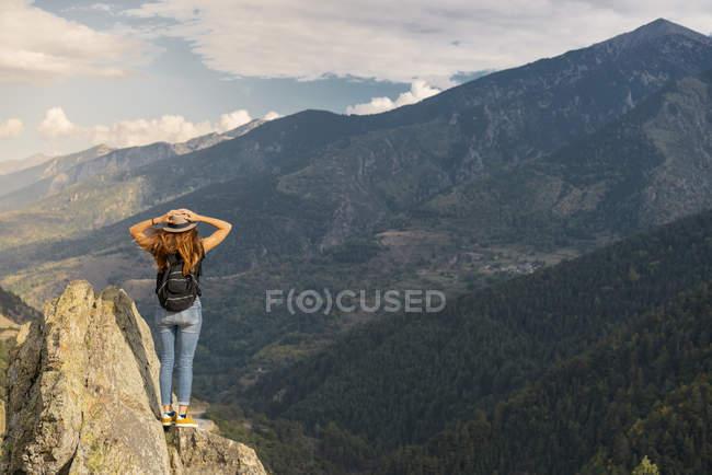 Pirenei francesi, escursionista sul punto di vista delle montagne — Foto stock