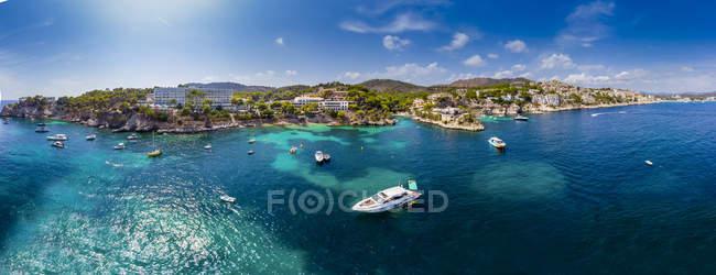Spain, Balearic Islands, Mallorca, Region Calvia, Costa de la Calma, Peguera, Cala Fornells, coast and nature harbour — Stock Photo
