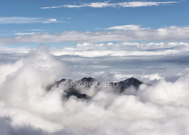 Russie, Haute vallée de Baksan, Caucase, Sommet des montagnes dans les nuages — Photo de stock