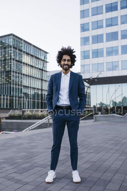 Іспанія, Барселона, портрет стильного молодого бізнесмена, що стоїть у місті — стокове фото