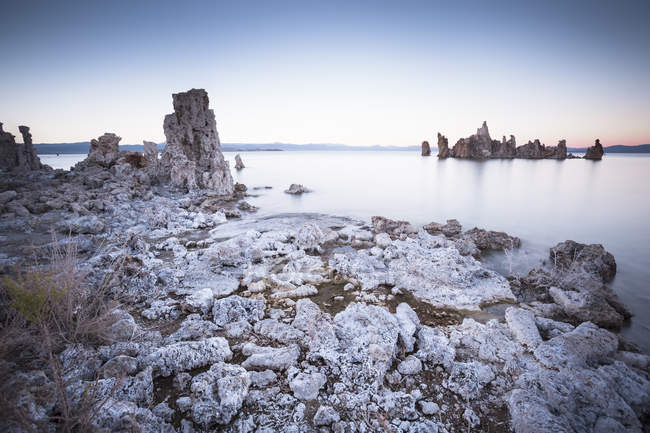 USA, California, Lee Vining, South Tufa Area, Mono Lake, rock formations in the evening — стоковое фото
