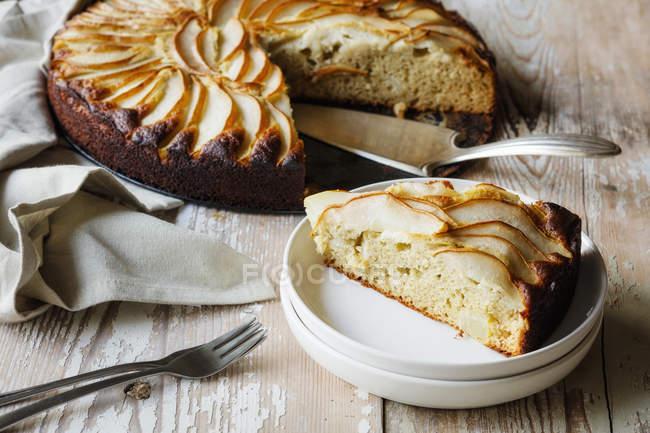 Домашний безглютеновый пирог груши из гречневой муки — стоковое фото