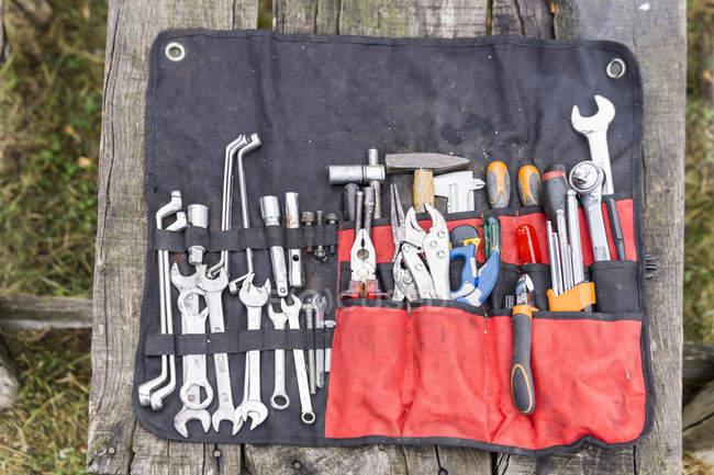 Асортимент інструменту на дерев'яній таблиці — стокове фото