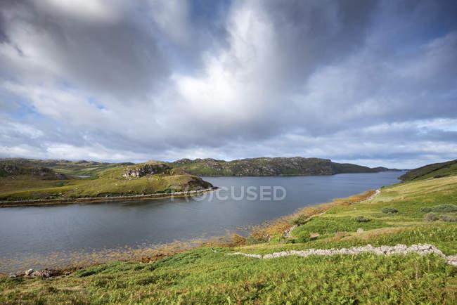Royaume-Uni, Écosse, Highland écossais, Sutherland, Kinlochbervie, Loch Inchard et lumière du soleil — Photo de stock