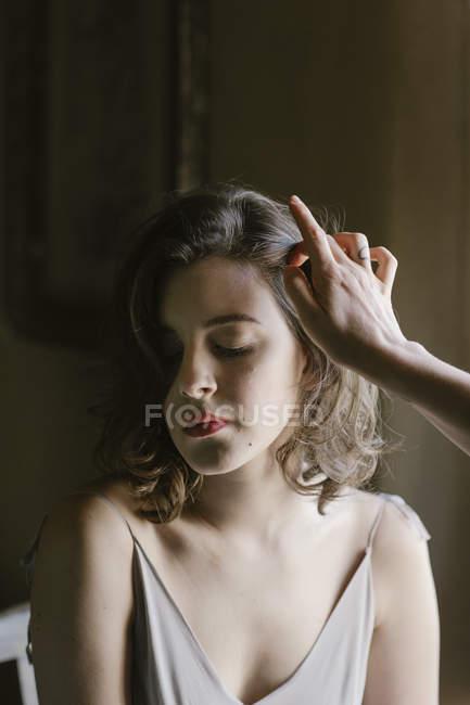 Jovem mulher em vestido elegante está sendo composta — Fotografia de Stock