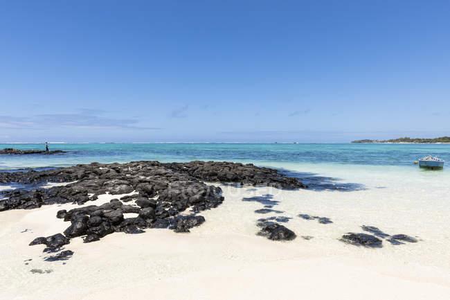 Maurice, Flacq, Côte Est, Pêcheur à la plage de Belle Mare — Photo de stock
