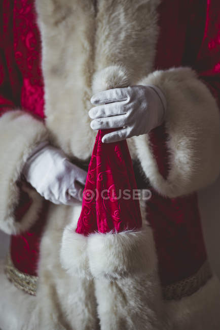 Mano de Santa Claus con tapa de Navidad - foto de stock