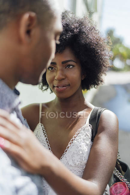 Pares novos afectuosos que enfrentam-se — Fotografia de Stock