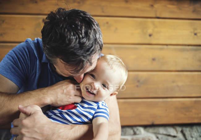 Père chatouillant bébé fille heureuse — Photo de stock