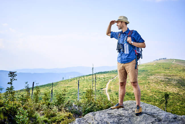 Man admiring the mountain view during hiking trip — Stock Photo