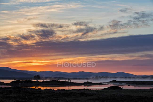 Grande-Bretagne, Écosse, Highlands écossais, Glencoe, Rannoch Moor, Sunrise over Loch Ba — Photo de stock