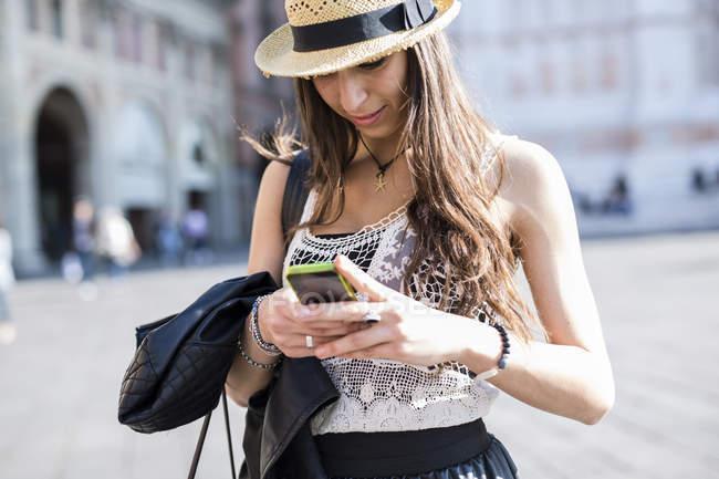 Italie, Bologne, jeune femme utilisant un smartphone — Photo de stock