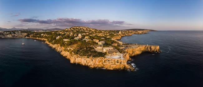 Spagna, Maiorca, Regione Calvia, Veduta aerea di Isla Malgrats e Santa Ponca al tramonto — Foto stock