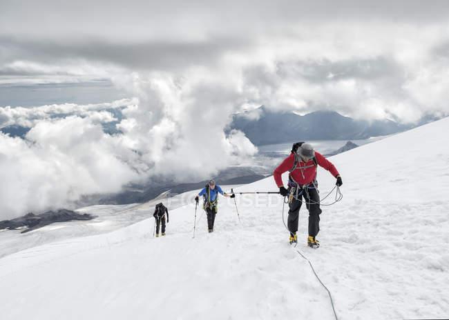 Rússia, Alto Baksan Valley, Cáucaso, Montanheiros ascendendo Monte Elbrus — Fotografia de Stock