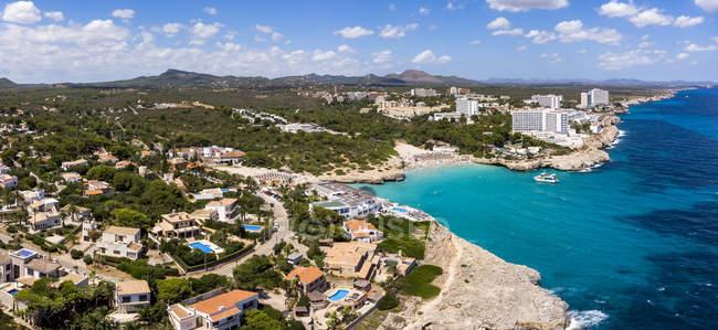 Espanha, Baleares, Maiorca, Porto Colom, Vista aérea de Cala Tropicana e Cala Domingo — Fotografia de Stock