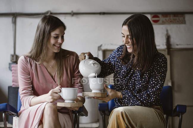 Два друга пьют чай вместе на чердаке. — стоковое фото