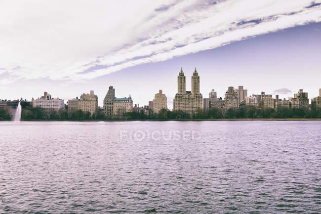 Estados Unidos, Nueva York, Manhattan, Central Park, el embalse Jaqueline Kennedy Onassis y el edificio San Remo - foto de stock