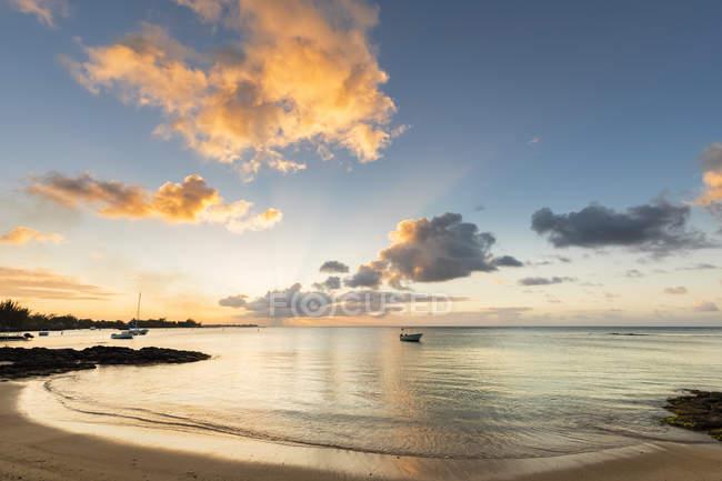 Mauricio, Costa Oeste, Océano Índico, Playa Pereybere, puesta del sol - foto de stock