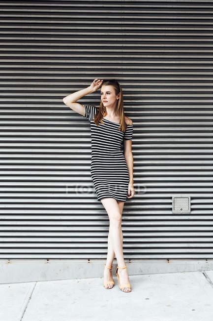Портрет молодої жінки носять Смугасте плаття — стокове фото