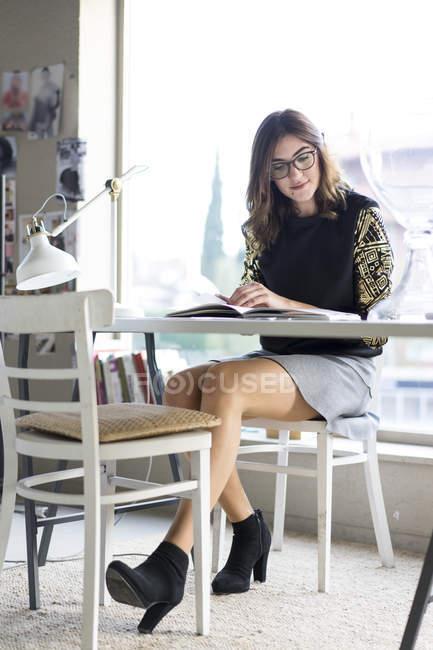 Portrait de jeune créatrice au travail dans un atelier — Photo de stock