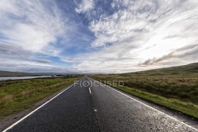Grande-Bretagne, Écosse, Highlands écossais, Glencoe, Rannoch Moor, route A82 à Lochan na HAchlaise — Photo de stock