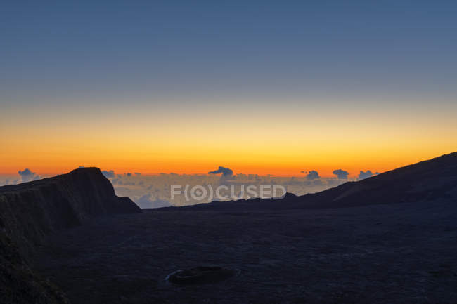 Reunion, Reunion National Park, Shield Volcano Piton de la Fournaise, View from Pas de Bellecombe, sunrise — стоковое фото