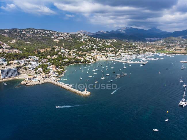 Spagna, Isole Baleari, Maiorca, Andratx Region, Veduta aerea di Port d'Andratx, costa e porto naturale con faro — Foto stock