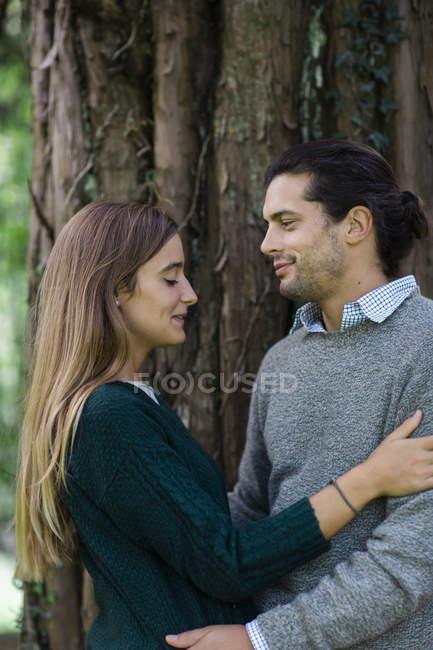 Счастливая любящая пара, обнимающаяся на открытом воздухе — стоковое фото
