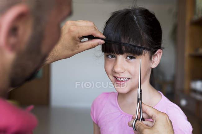 Padre taglio figlia capelli a casa — Foto stock