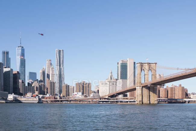 Estados Unidos, Nueva York, Manhattan, vista al horizonte y el puente de Brooklyn - foto de stock