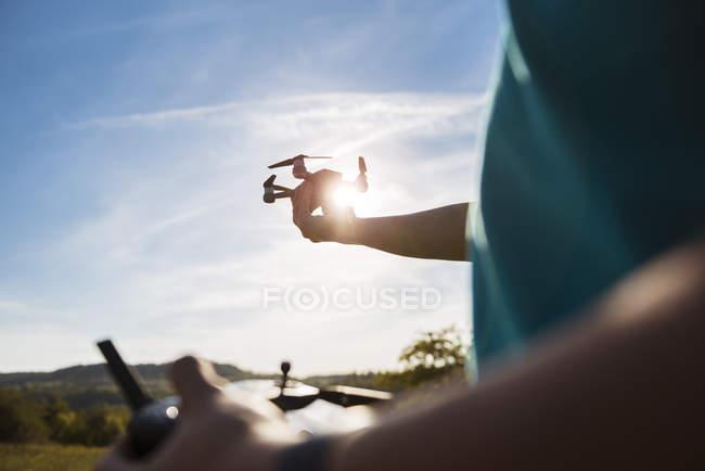 Ragazzo che vola con un drone all'aperto — Foto stock