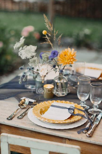 Platz auf festlich gedecktem Tisch im Freien — Stockfoto