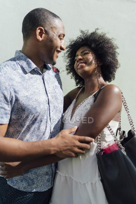 Liebevolles junges Paar, das sich gegenübersteht — Stockfoto
